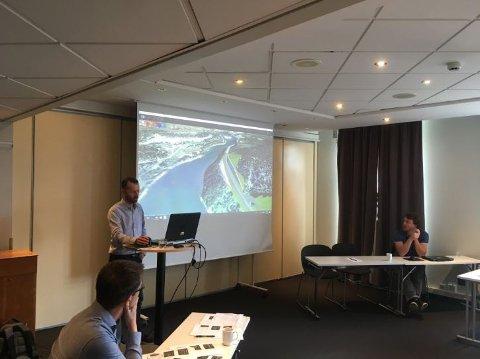Tor Karlsen, vegplanlegger i Statens vegvesen, presenterer strekningen Svenningelv–Lien - en del av prosjektet E6 Helgeland - for fremmøtte entreprenører i Oslo. Foto: Steinar Livik