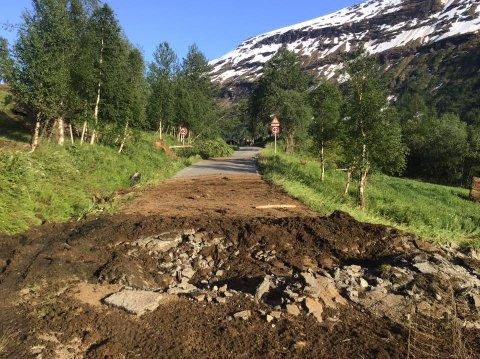 Her ser vi veien som er helt ødelagt av stein.
