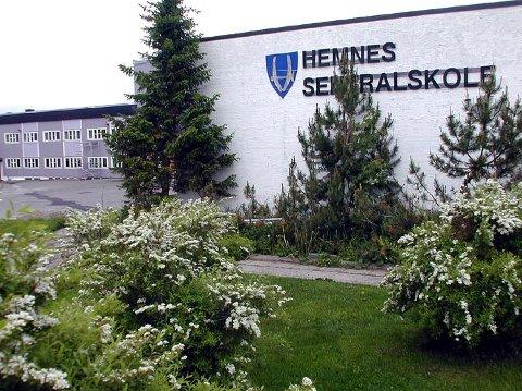 Hemnes kommune jakter nå på ny rektor til Hemnes  sentralskole på Hemnesberget, siden den ferske rektoren sa opp jobben etter kort tid i stillingen.