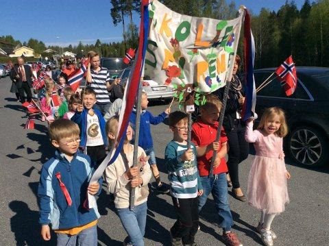 17. maitoget var fullt av flagg, faner og blide barn. Akkurat som den ordentlige dagen.