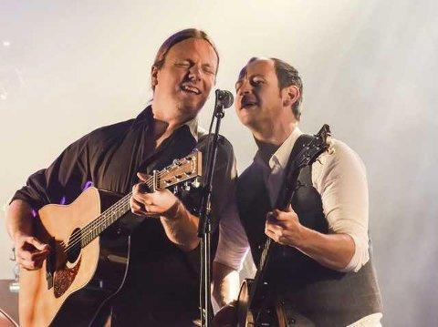 F.v. Åsmund Felberg Johnsen og Kjetil Moslåtten på scenen under Soknadagen i 2014. Drolsum Stasjon varmet opp for folkrockbandet Staut.