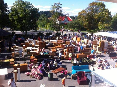 LOPPEMARKED: Mange var innom loppemarkedet på Eikli skole i helgen. Bildet er fra et tidligere år.