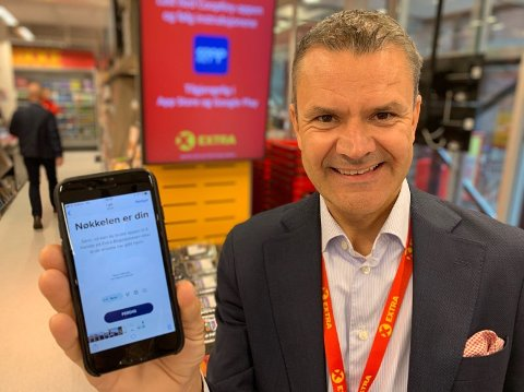 NØKKELAPP: Christian Hoel i Extra med appen som åpner Extra-butikken. Foto: Halvor Ripegutu