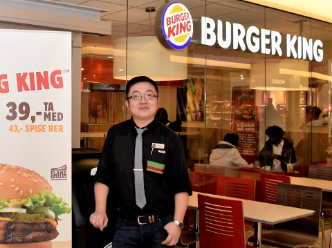 ÅPEN IGJEN: Daglig leder ved Burger King på Kuben i Hønefoss Qiang Cheng er fornøyd med at restauranten nå er åpen igjen etter at til sammen tre ansatte ble smittet av korona.  Cheng er selv i karantene, og dette bildet er tatt ved en tidligere anledning.