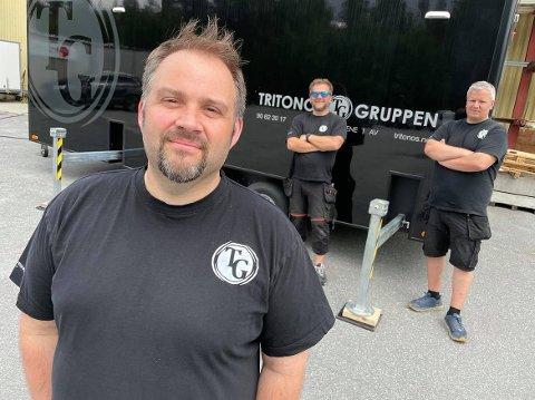 STORSKJERM: Ivan Makedonov håper mange vil benytte anledningen til å nyte drive in-kino på storskjerm, her sammen med Ole Daniel Lilleheier og Jerry Karlsson.
