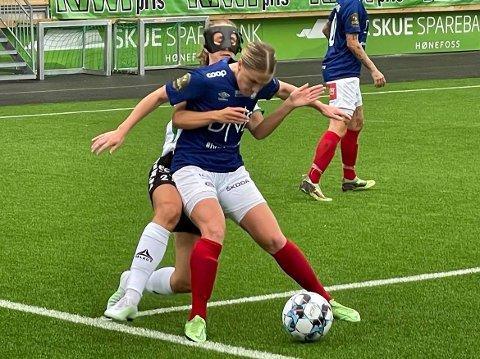 SCORET TO: Emilie Nøkleby Finnevolden spilte med maske også søndag. Arkivfoto: Rune Pedersen