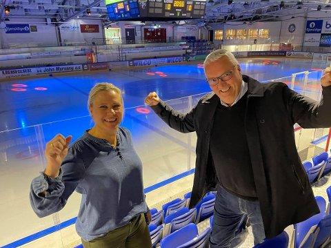 TILSKUERE: Janka Aasen  i Ringerike Panthers og Kjell Baug i Sparebankstiftelsen Ringerike ønsker seg flere tilskuere på ishockeykampene i Hønefoss. Nå har klubben fått en ekstra gulrot denne sesongen.