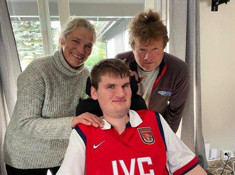 ÉN DAG AV GANGEN: – Vi prøver å se det positive i hver eneste dag, sier Remi Andersen (foran) og foreldrene Birgit og Tom.