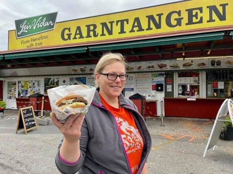BURGER: Gunn-Marie Larsen ved garntangen har solgt titusener av burgere i løpet av årets første åtte måneder.