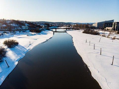 STRÅLENDE: Slik ser det ut over Nitelva mellom Rælingen og Lillestrøm i disse dager. Ganske vakkert. FOTO: VIDAR SANDNES
