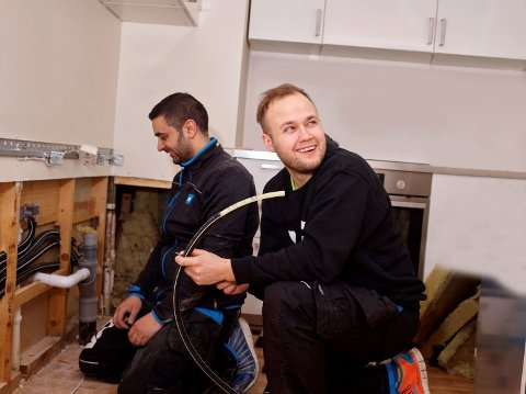 Det er skrikende mangel på rørleggere i Norge. På bildet er vi Sipan Hekmat (t.v.) og Joakim Eyde fra VB Rør. Foto: Foto: VB Rør
