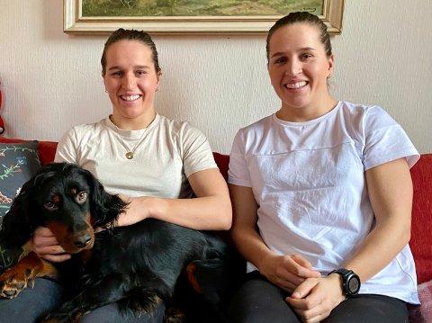 HJEMME: Lotta (t.v) og Tiril Udnes Weng legger ikke skjul på at det var godt å komme hjem til familien i julen. Også familiens hund, Eska syns det var stas å få tvillingene hjem igjen.