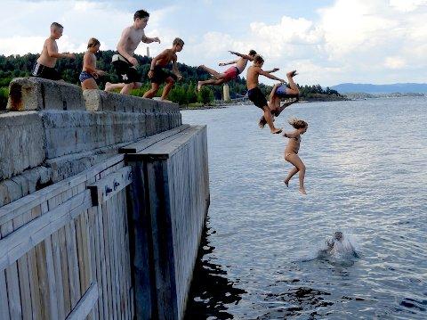 BRYGGE: Hurtigbåtbrygga på Odden,er populær å hoppe fra.