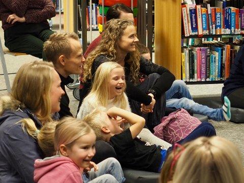 STORKOSTE SEG: Elin Carlqvist (8), i hvitt midt på bildet, lo godt sammen med mor, far og bror Mio.