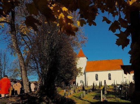 IKKE SLIK: Trengsel i og ved Sande kirke må unngås i disse dager.