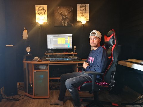 Hektiske dager i studio: For tiden jobber VOFF (Kristoffer Jensen) med sitt andre album. Dette gjør han hjemmefra i kjellerstudioet sitt.