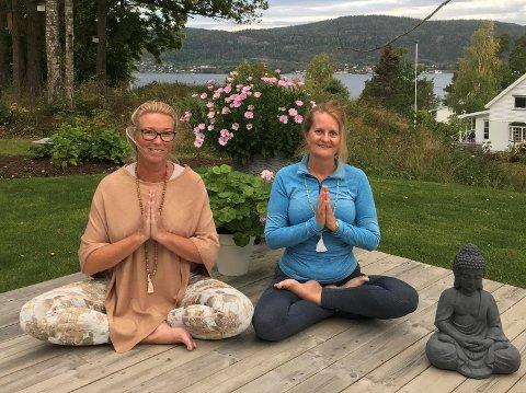 """YOGA: -  Heidi Nørgaard Sørensen (til venstre) og Monica Edland trår til hos """"Rom for yoga""""."""