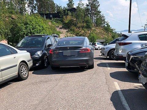 TRANGT: Ved stor utfart til Sandvikveien kan det bli så trangt at det blir svært vanskelig å komme igjennom med personbil.