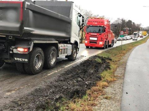 UHELL: Lastebilen måtte vike for ambulanse under utrykning, og kjørte seg fast i gjørma.