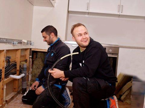 Det er skrikende mangel på rørleggere i Norge. På bildet er vi Sipan Hekmat (t.v.) og Joakim Eyde fra VB Rør.
