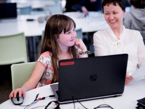 Maria Giske Ueland (9 år) begynte på kodekurs i fjor, og har allerede laget flere spill. Det syns hun er veldig kjekt. Mor Tone Seglem Giske hadde ingen erfaring med koding fra før. Hun syns det barna lærer burde vært på læreplanen i skolen.