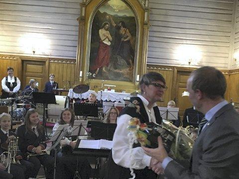 GAVEOVERREKKELSE: Ordfører Ole André Myhrvold gratulerte Båstad Hornmusikkorps med blomster og sjokolade. Kveldens konferansier Heidi Haakaas takket.