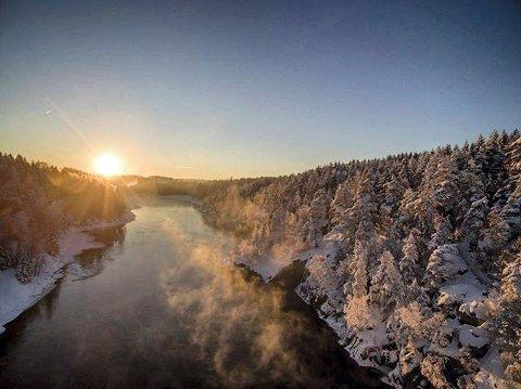 VAKKERT: Solskinn over vinterlige Glomma er et eksempel på et motiv som kunne vært aktuelt i fotokonkurransen.