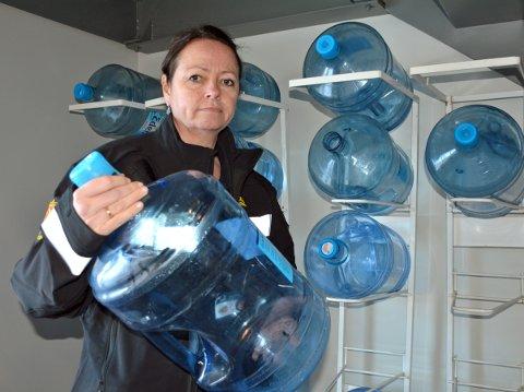 KJØPEVANN: Kontorleder Gro Lene Gundelsby og de 63 ansatte drikker kjøpevann fra dunk i stedet for springen. Vannet som kommer ut av kranene er rett og slett udrikkelig.