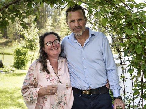 NYGIFTE: Anne Hartikka (57) og Svein Ivar Kristiansen (55) fikk en fantastisk ramme om forsommerbryllupet hjemme i sin egen hage.   SVEIP FOR FLERE BILDER