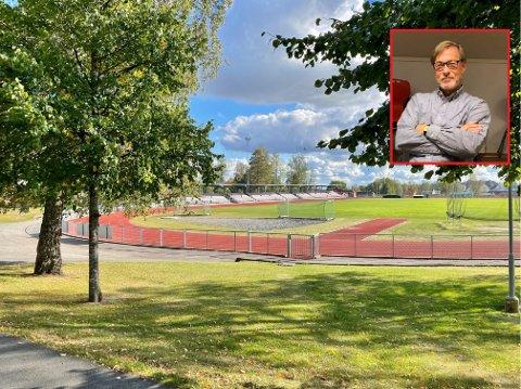 REAGERER: Styreleder i Askim Fotball, Bjørnar Iversen (innfeltet), reagerer på at klubben har fått bot av Østfold Fotballkrets etter hendelsene med tribunetrakassering i begynnelsen av september.
