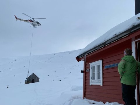 FLYGANDE VARME: Ved hjelp av helikopter og dugnadsgjeng er veden komen på plass.