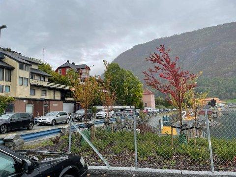 LANGE KØAR: Rushtid i Sogndal og lange køar etter bilstansen i rundkøyringa onsdag.