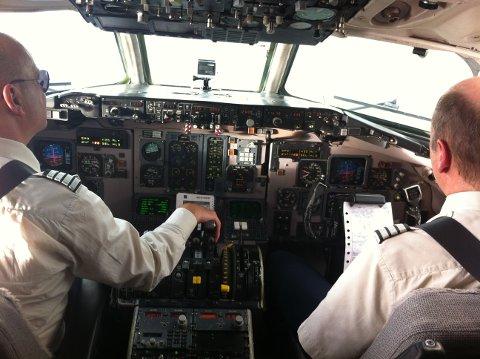 Lørdag hadde SE-DIR sin siste reis fra København til Gardermoen, med kaptein Finn Nymann Hovgaard (t.v) ved spakene. Hovgaard har lang fartstid på MD-maskinene.