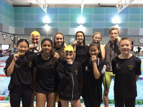 Fornøyde svømmere fra Sola etter medaljer og personlige rekorder under SSK kvaliken.