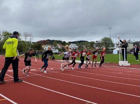 TO PÅ STARTSTREK: På Jenter 13 sin 600 meter var det to lokale løparar på startstreken –Pia Fjelde frå Jørpeland og Thea Hia Ommundsen frå Hjelmeland.