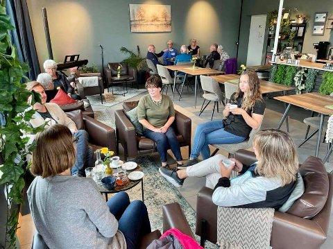 POSITIVE: Siv Karena Marthel Sørbø og datteren Rebecca Olsen Sørbø er positive til fremtiden, men legger ikke skjul på at det har vært tøft å drive kafeen i koronakrisen.