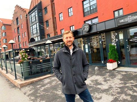 TILFREDS MED NYTT VEDTAK: Knut Mjåland leder Becks Brasserie Skien (bildet) og på Osebro i Porsgrunn. Han er glad for regjeringens vedtak om å tillate skjenking etter midnatt.