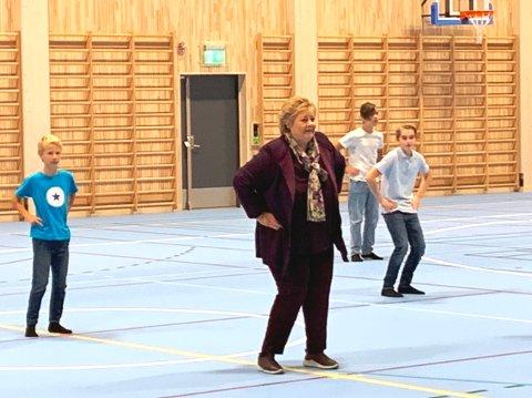 """DANSENDE STATSMINISTER: Erna Solberg kastet seg ut i """"Blime dans"""" i den nye flerbrukshallen."""