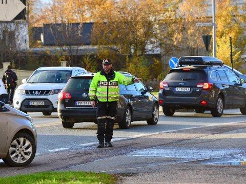 SLÅS NED PÅ: I en ny undersøkelse sier 43 prosent at de sjekker mobilen mens de kjører. Her kontrollerer politiet mobilbruk på Gulskogen.