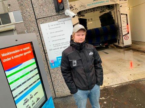 VED BILVASKEMASKINA: Regionleder Joakim Augestad hos Alltidrenbil jobber for at så mange bedrifter som mulig skal undertegne en abonnementsavtale om bruk av bilvaskemaskiner som denne på Kjørbekk.