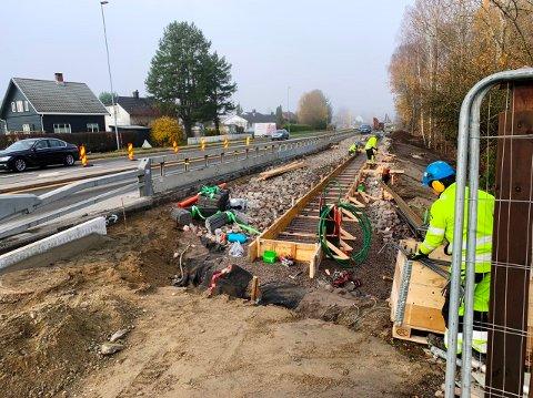 NÆRMER SEG: Det nye fortauet fra bensinstasjonen på Goberg til krysset Raset-Porsgrunnsvegen skal være ferdig i løpet av desember.