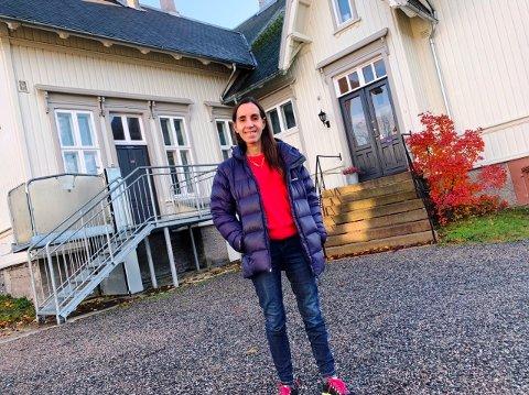 IKKE KUTT HER: - Hermans Hus er viktig for oss. Ikke kutt, sier Miriam Kaasa, bruker og talskvinne.  Hun står utenfor huset i Skien sentrum.