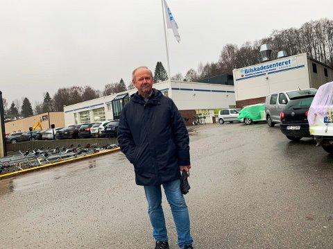 ADVARER: Øystein Johansen i Bilskadesenteret er tilfreds med ny plan for området, men advarer mot boligfelt tett opptil næringsvirksomheten.