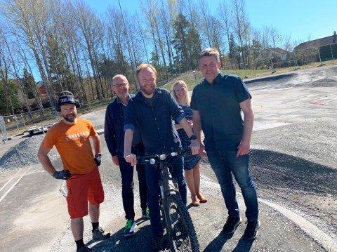JOBBER FOR NYTT SYKKELTILBUD: Disse er sentrale med å få på plass et nytt sykkeltilbud ved Stigeråsen skole på Gulset: Ove Grøndal, Gisle Lunde, Lars Erik Finholt, Dorthe Naur og Kim Aas - de to sistnevnte ansatt ved Stigeråsen skole.