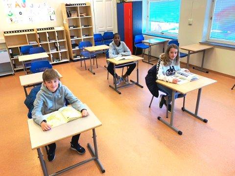 GODT Å VÆRE HER IGJEN: - Det er godt å være tilbake til vanlig undervisning på skolen, konkluderer disse tre elevene i 7. klasse ved Bratsbergkleiva skole i Skien: Sander (12), Yassir (12) og Caroline (12).