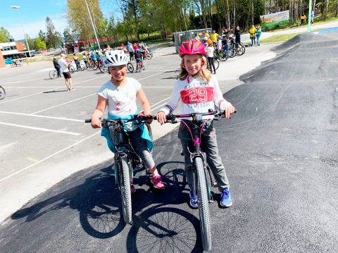 VELDIG BRA: Thuy-Tram (10) og Tiril (9) er godt fornøyd med det nye sykkeltilbudet på Gulset. Her rett etter åpningen.