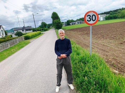 SER STADIG VILL KJØRING: Folke Thorleif Dahl på Borgestad registrerer til stadighet villmannskjøring på veiene i området.  På bildet er han på Borgevegen som leder til Håvundvegen.