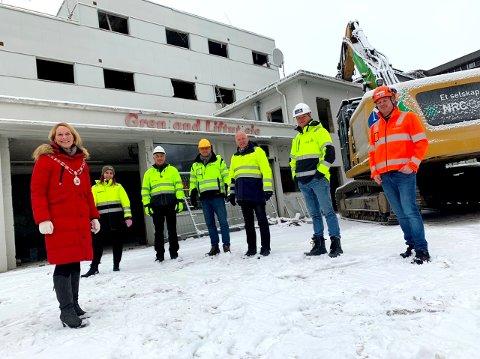 GLEDE: - Endelig er vi igang, er budskapet til disse som deltok på markeringen av byggestarten av Skiens nye sykehjem: Hedda Foss  Five - ordfører, Mai Deliler - prosjektleder, Erik Wefring - byggeleder, Petter Borgersen - prosjektleder park og hageanlegg,  Stein Kristiansen - prosjektleder,  Øyvind Øverås - prosjektleder og Anders Skarvåg - byggeleder.