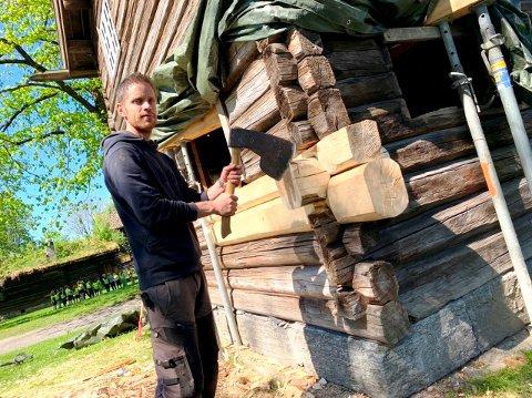 I GANG: Stua fra 1813 trenger restaurering. Tradisjonshåndverker Jostein Rorge er i gang med jobben. Merk verktøyet.
