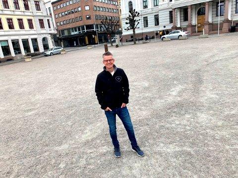 FINT Å PARKERE HER: - Det blir helt i orden å parkere her på rådhusplassen i Skien, mener Tore Hammersmark.